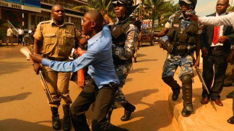 This man struggles to escape as police surrounds him